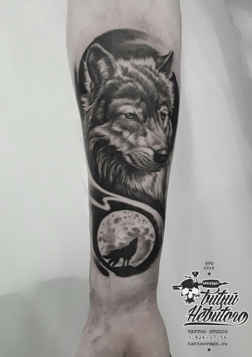 Тату чб Волк воет на луну на предплечье.